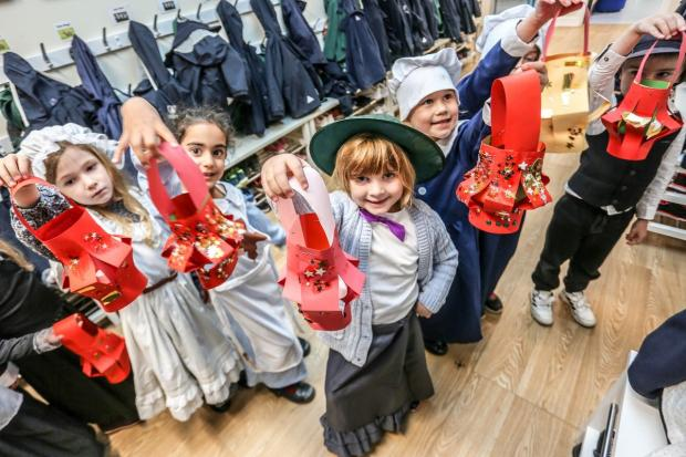 Romsey Advertiser: Children showing their handmade lanterns