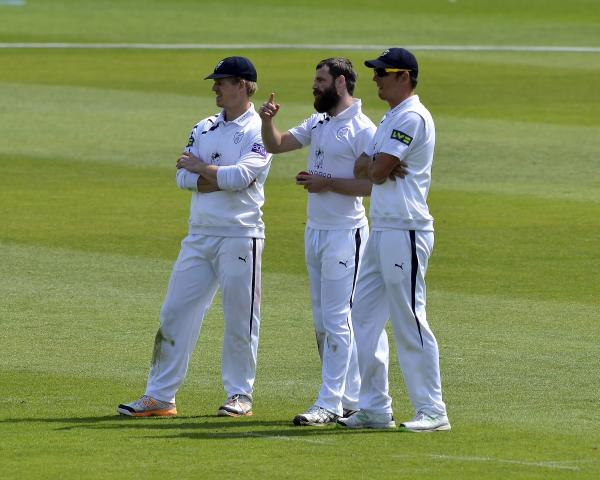 Hants drop to third as Gloucestershire dominate