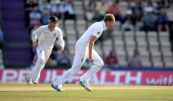 Joe Root celebrates the wicket of Dhahwan